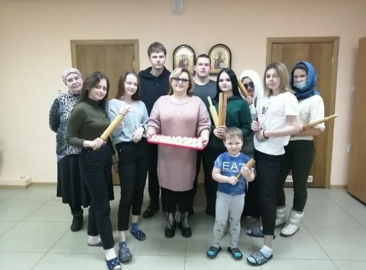 Активисты Молодежного волонтерского движения сделали заготовки пельменей для нуждающихся семей