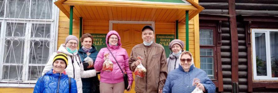 В социальном центре Очаг раздали куличи и продуктовые наборы нуждающимся