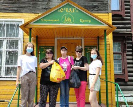В социальном центре «Очаг» активисты Молодёжного волонтёрского движения Московского благочиния раздавали продукты питания нуждающимся